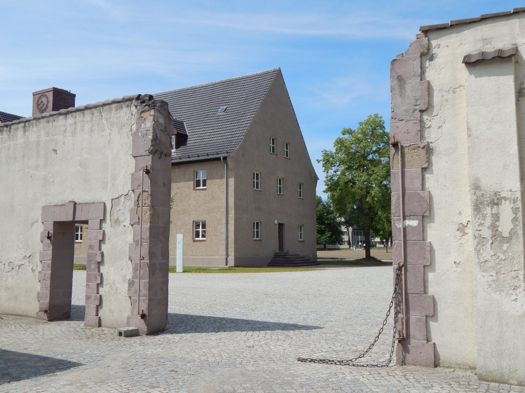 gate-at-ravensbruk